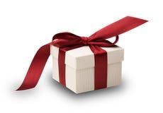 Weißer Geschenkkasten mit rotem Bogen Stockfotografie