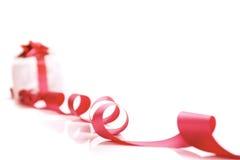 Weißer Geschenkkasten mit rotem Farbband und Bogen getrennt Lizenzfreie Stockbilder