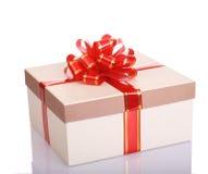 Weißer Geschenkkasten und roter Bogen. Stockfoto