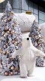 Weißer geschwollener Bär und Weihnachtsbaum stockfotografie