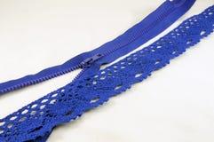 Weißer Gewebehintergrund, Diagonale, blauer Reißverschluss und blaue Spitze lizenzfreie stockfotografie