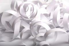 Weißer gewundener Papierauszug. Stockbild
