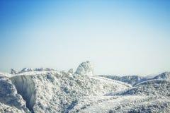 Weißer Gipsberg unter dem blauen Himmel Lizenzfreies Stockbild