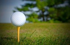 Weißer Golfball auf gelbem T-Stück Stockfoto