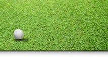 Weißer Golfball auf grünem Gras Lizenzfreies Stockfoto