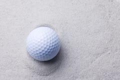 Weißer Golfball im Sandfang lizenzfreie stockfotos