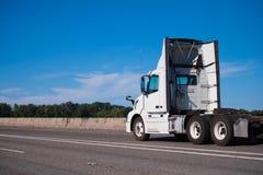 Weißer großer LKW des Anlagentagesfahrerhauses halb mit Verderbern laufen auf breitem Inter- stockfotografie