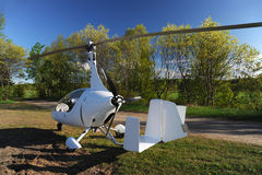 Weißer Gyroplane geparkt auf dem privaten Flugplatz Stockfoto