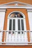 Weißer hölzerner Balkon und Fenster Lizenzfreies Stockfoto