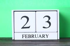 Weißer hölzerner ewiger Kalender mit dem Datum vom 23. Februar an Stockfotografie