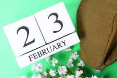 Weißer hölzerner ewiger Kalender mit dem Datum vom 23. Februar an Stockfoto