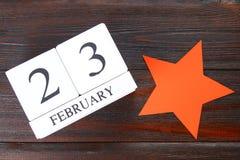 Weißer hölzerner ewiger Kalender mit dem Datum vom 23. Februar an Stockfotos