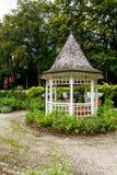 Weißer hölzerner Gazebo in einem Garten oder in einem Park Lizenzfreies Stockfoto