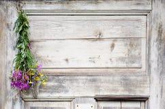 Weißer hölzerner Hintergrund mit Blumen Stockfoto