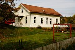 Weißer hölzerner Kindergarten, Telemark, Norwegen stockbild