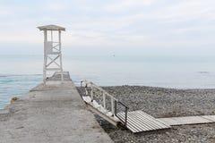 Weißer hölzerner Rettungsturm auf dem Wellenbrecher Niedrige Treppenhausführung Lizenzfreies Stockfoto