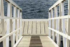 Weißer hölzerner Stecker in Meer Stockfoto