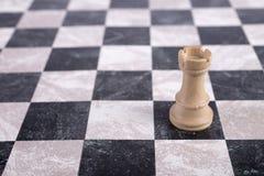 Weißer hölzerner Turm auf Schachbrett Lizenzfreies Stockfoto