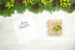 Weißer hölzerner Weihnachtshintergrund Der Rahmen wird mit e verziert Stockfoto