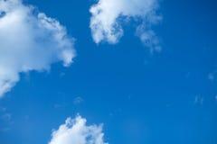 Weißer Haufen bewölkt sich im blauen Himmel am Sommertag Stockfoto