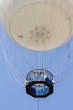 Weißer Heißluftballon im blauen Himmel Lizenzfreie Stockbilder