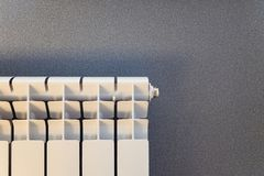 Weißer Heizkörper, der ona-Wandhintergrund erhitzt stockfotos