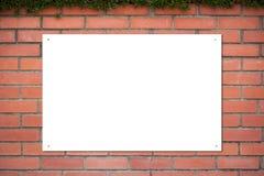 Weißer Hintergrund auf Backsteinmauer Stockfotos