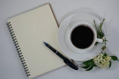 Wei?er Hintergrund der Kaffeeblume stockfotos