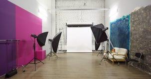 Weißer Hintergrund innerhalb des Studios - heller Raum Lizenzfreie Stockfotografie