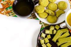 Weißer Hintergrund mit einem japanischen Bonbon, gemacht mit matcha und Schalen grünem Tee Stockbild