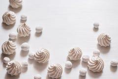 Weißer Hintergrund mit Meringe und Moosbeeren im Zucker Stockfotos