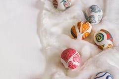 Weißer Hintergrund mit Ostereiern Stockfotografie