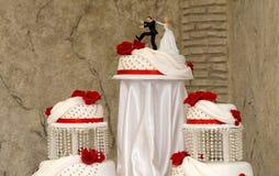 Weißer Hochzeits-Kuchen mit roten Rosen Lizenzfreie Stockfotografie