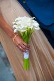 Weißer Hochzeitsblumenstrauß von Calla in der Handbraut Stockbild