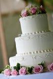 Weißer Hochzeitskuchen mit rosafarbenen Blumen stockbilder