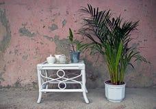 Weißer Holztisch mit Blumenstrauß von Blumen stockfotografie