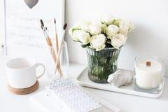Weißer Innendekor mit neuer handgemachter Kerze und Blumenstrauß von Franc lizenzfreies stockfoto