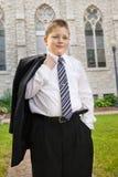 Weißer Junge in der Klage außerhalb der Kirche Lizenzfreies Stockfoto