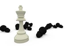 Weißer König, der unter gefallenen schwarzen Stücken steht Stockbild