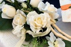 Weißer künstlicher Rosenblumenstrauß Stockfotos