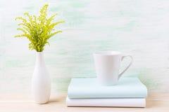 Weißer Kaffee Lattebechermodell mit dekorativem grünem Gras Lizenzfreies Stockbild