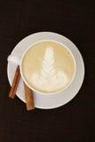 Weißer Kaffee mit Zimt. Latte Stockfotografie