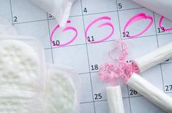 Weißer Kalender mit rosa Kreisen herum Stockbilder
