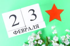 Weißer Kalender mit russischem Text: Am 23. Februar Feiertag ist der Tag des Verteidigers des Vaterlands Lizenzfreies Stockfoto