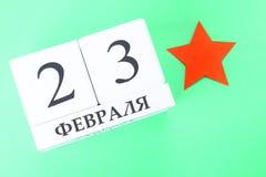 Weißer Kalender mit russischem Text: Am 23. Februar Feiertag ist der Tag des Verteidigers des Vaterlands Lizenzfreie Stockfotografie