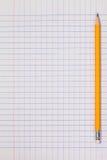 Weißer Karopapierblatthintergrund mit Bleistift Stockfoto