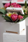 Weißer Kasten mit dekorativen Blumen Stockfoto