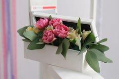 Weißer Kasten mit dekorativen Blumen Lizenzfreie Stockfotos