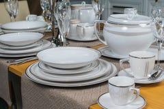 Weißer keramischer Abendessenluxusservice an Holztisch 3 Stockfoto
