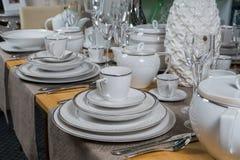 Weißer keramischer Abendessenluxusservice an Holztisch 1 Lizenzfreie Stockfotos